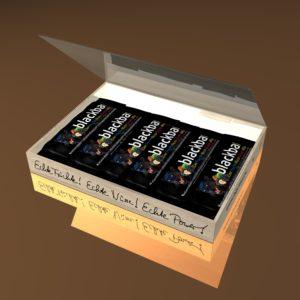 Geschenk-Box, Kiste, Verpackung, Geschenk, 12 Stück, 12er, Verpackungseinheit,, Verpackung,Verpackungseinheit, blackbar, Frucht-Nuss-Riegel, Frucht-Nuss-Super-Mix, Frucht, fruchtig, Brombeeren, Apfel, Äpfel getrocknet, Ahornsirup, Riegel mit Nüssen, Mandeln, Haselnüssen, Haselnusssplitter, geröstet, Trauben, pflanzlichen Proteinen, Kakao, Cornflakes, Sojaprotein, Der Riegel vom Lande, knackige Proteinquelle, natürlich, Ballaststoffquelle, ohne Palmfett, Vegan